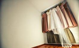 Hängende Hochzeitskleider- und -brautjungfernkleider lizenzfreies stockfoto