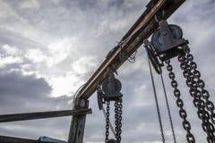 Hängende Ketten am alten Dock stockfotografie