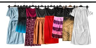 Hängende Kleider lokalisiert stockfotos