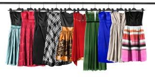 Hängende Kleider lokalisiert lizenzfreies stockfoto