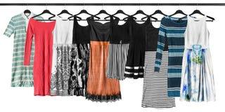 Hängende Kleider lokalisiert lizenzfreie stockfotografie