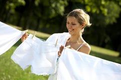 Hängende Kleidung der lustigen Frau stockfoto