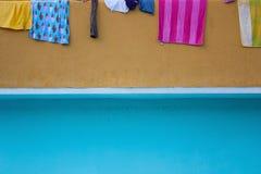 Hängende Kleidung zu trocknen Lizenzfreie Stockbilder