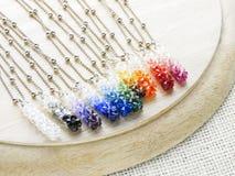 Hängende Kristalle in den Regenbogenfarben stockfoto