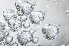 Hängende Kristallkugeln lizenzfreies stockbild