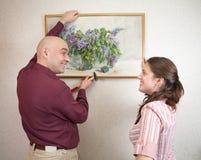 Hängende Kunstabbildung der jungen Paare auf Wand an Stockfotografie