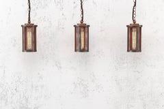 Hängende Lampe der Dachbodenart auf einem Hintergrund Stockbilder