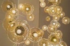 Hängende Lampe der Decke mit schönen warmen Lichtern stockfoto