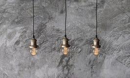 Hängende Lampen in der Dachbodenart Stockfotos
