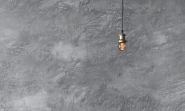 Hängende Lampen in der Dachbodenart gegen raue Wand mit grauem Zement Stockbilder