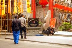 Hängende Laternen Xixiang Pak Tai Temple und bunte Flaggen, bereiten vor, um Feier durchzuführen Lizenzfreie Stockfotos