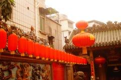 Hängende Laternen Xixiang Pak Tai Temple und bunte Flaggen, bereiten vor, um Feier durchzuführen Lizenzfreie Stockfotografie