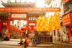 Hängende Laternen Xixiang Pak Tai Temple und bunte Flaggen, bereiten vor, um Feier durchzuführen Stockfoto