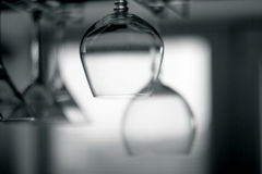 Hängende leere Gläser auf dem Gestell Stockbilder