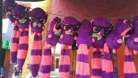 Hängende Puppen in Busch-Garten Stockbild