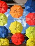 Hängende Regenschirme lizenzfreies stockfoto