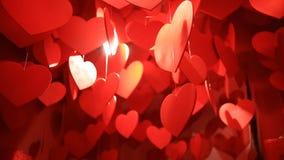 Hängende rote Herzen, eine Wolke des Hängens von roten Herzen stock video footage