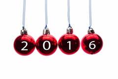 Hängende rote Weihnachtsbälle mit Zahlen von Jahr 2016 Stockbilder