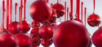 Hängende rote Weihnachtskugeln lizenzfreie stockfotografie