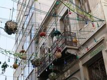 Hängende Straßenlaterne über einer Straße in Athen, Griechenland lizenzfreie stockfotografie