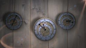 Hängende Taschenuhren, die gegen Holz ticken lizenzfreie abbildung