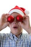 Hängende Verzierungen des jungen Jungen auf einem Weihnachtsbaum Stockfoto