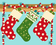Hängende Weihnachtssocken mit Geschenk Lizenzfreie Stockfotos