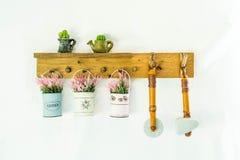 hängender Blumentopf auf Wand Stockfoto