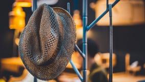 Hängender Brown-Hut auf Metallgestell lizenzfreies stockfoto