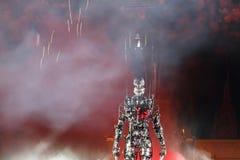Hängender Mann und Jahrtausendmann mit Feuerwerken am Hintergrund Stockfoto
