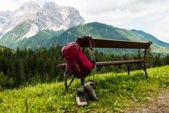 Hängender Rucksack und Wandern von Schuhen Stockbilder