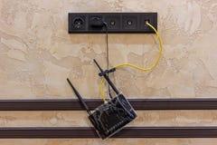 Hängender schwarzer Internet-Router zu Hause online stockbild
