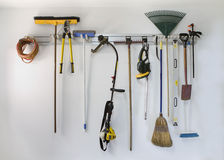 Hängender Speicher des ordentlichen Garagenwerkzeugs lizenzfreie stockfotos