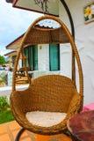 Hängender Stuhl der ovalen Rattanweinlese Lizenzfreies Stockfoto