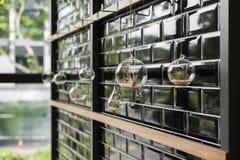 Hängender Vase auf einer Wand für Dekoration Lizenzfreies Stockfoto