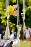 Hängender Vase mit Wildflowers Stockfotos