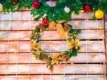 Hängender Weihnachtskranz auf hölzernem Hintergrund Lizenzfreies Stockfoto