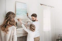 Hängendes Bild der Familie von Meer über dem Kamin zu Hause Lizenzfreies Stockfoto