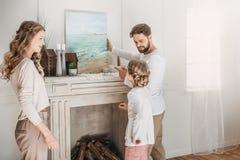 Hängendes Bild der Familie von Meer über dem Kamin zu Hause Lizenzfreies Stockbild