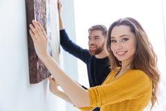 Hängendes Bild der Paare auf der Wand zu Hause Lizenzfreie Stockbilder