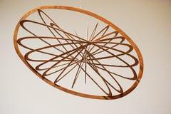 Hängendes elliptisches Mobile gemacht vom Holz Stockfotografie