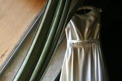 Hängendes Hochzeits-Kleid lizenzfreie stockfotografie