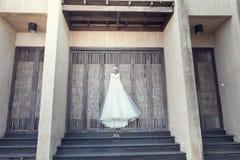 Hängendes Hochzeits-Kleid Stockbild