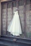 Hängendes Hochzeits-Kleid Stockfotografie