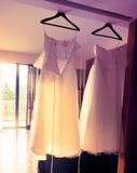 Hängendes Hochzeitskleid im schönen Morgenlicht Lizenzfreie Stockfotografie
