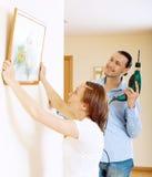 Hängendes Kunstbild des Mannes und der Frau im Rahmen Stockfotos