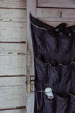 Hängendes Schuhregal auf weißer hölzerner Tür - verlassenes Haus Lizenzfreie Stockfotografie