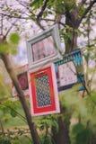 Hänger dekorativa fotoramar för närbild på en trädfilial royaltyfri foto