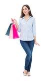 Hänger lös hållande shopping för den unga kvinnan Arkivbild