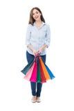 Hänger lös hållande shopping för den unga kvinnan Arkivfoton